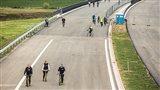 Novou dálnici u Hradce obsadili cyklisté a pěší. Autům se otevře v prosinci